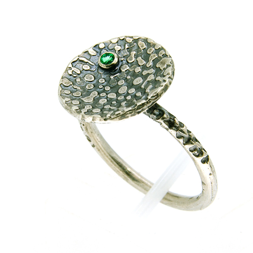 Lichen disc ring with gemstone